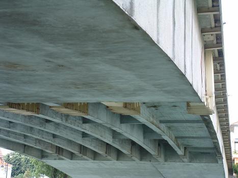 Pont routier de Bry, Bry-sur-Marne Sous-face du tablier des poutres isostatiques : Pont routier de Bry, Bry-sur-Marne  Sous-face du tablier des poutres isostatiques