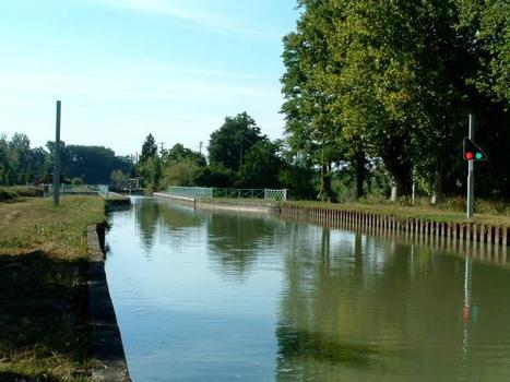 Canal latéral à la Garonne Canal au droit du pont-canal sur la Baïse