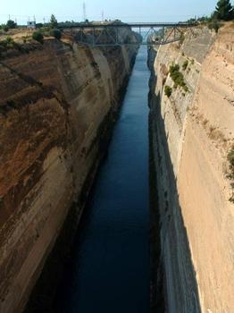 Canal de Corinthe.Vue vers le golfe de Corinthe et pont ferroviaire