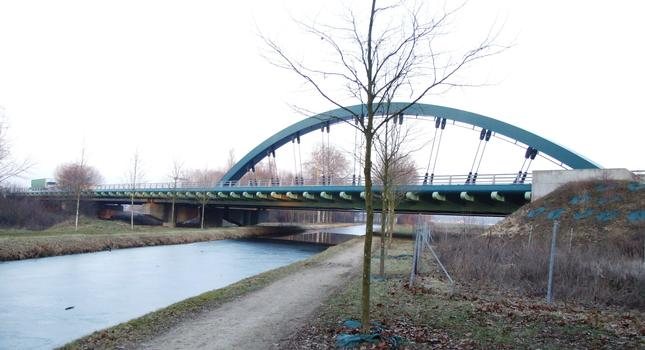 Le viaduc de Pannes permettant à l'A77 de franchir le canal d'Orléans