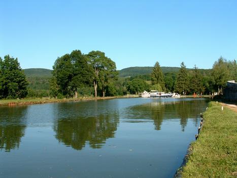 Canal de Bourgogne - Le canal et une écluse près de Pont-d'Ouche