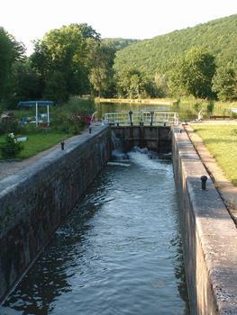 Canal de Bourgogne - Le canal et une écluse près de Crugey