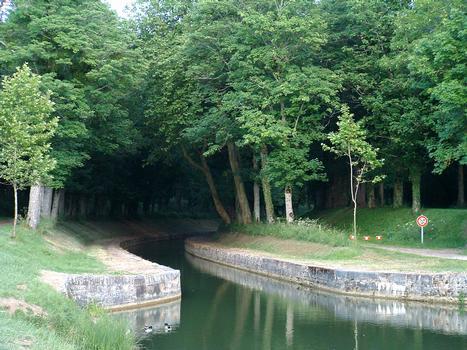 Canal de Bourgogne - Pouilly-en-Auxois - Tranchée de Pouilly-en-Auxois (côté Nord) à l'arrivée dans la halte nautique