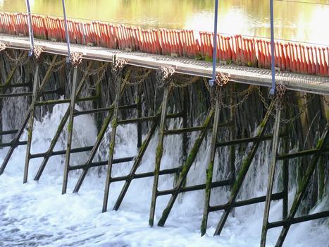 Revin - Barrage mobile à aiguilles de Saint-Nicolas (système Poirée) - Fermettes métalliques et aiguilles en bois