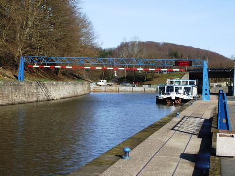 Canal de la Marne au Rhin - Arzviller - Le bateau faisant la visite du canal en stationnement à la sortie du souterrain d'Arzviller