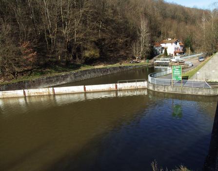 Canal de la Marne au Rhin - Arzviller - Départ de l'ancienne échelle d'écluses permettant de rejoindre la vallée de la Zorn. A droite, le canal allant jusqu'au plan incliné de Saint-Louis/Arzviller