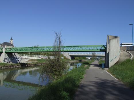 Canal de la Marne au Rhin à Nancy, avec en arrière-plan l'église Notre-Dame-de-Bonsecours