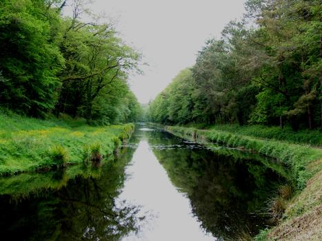 Canal de Nantes à Brest - Tranchée de Glomel (seuil de partage entre Aulne et Blavet) - Canal près de l'étang
