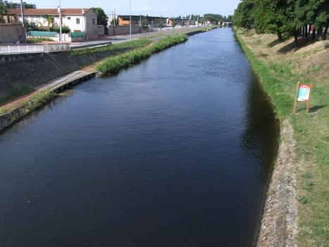 Canal de Roanne à Digoin - Le canal à la sortie du port de Roanne