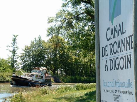 Canal de Roanne à Digoin - Arrivée d'un bateau au débouché du canal dans le canal latéral à la Loire