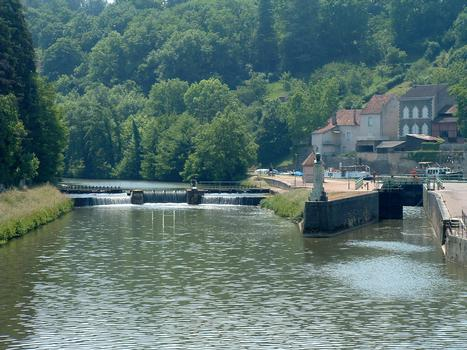 Canal du Nivernais - Clamecy - A gauche, l'Yonne, à droite l'écluse mettant en communication la rivière avec le canal du Nivernais