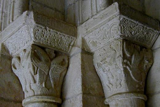 Eglise Saint-Pierre de Carennac. Chapiteaux à l'entrée de l'église avec signature de Girbertus