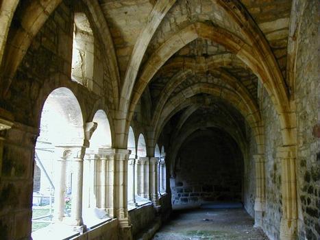 Cloître à Carennac. Arcades romanes et voûtes gothiques