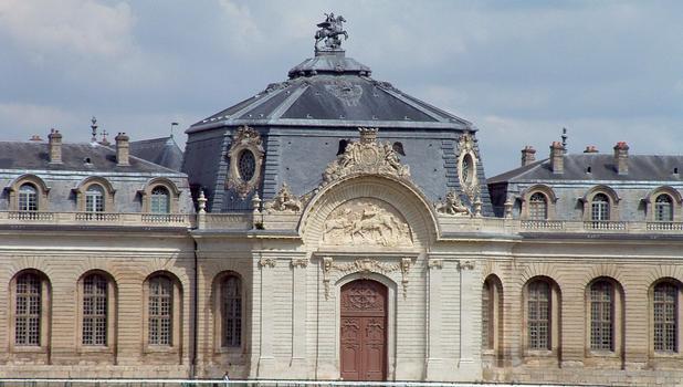 Chantilly - Les Grandes Ecuries - Façade le long de l'hippodrome de Chantilly - Pavillon central