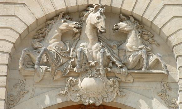 Chantilly - Les Grandes Ecuries - Entrée des écuries - Tympan