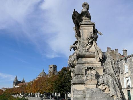 Angoulême - Cathédrale Saint-Pierre - La cathédrale vue du monument à Sadi Carnot