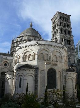 Angoulême - Cathédrale Saint-Pierre - Chevet - On voit à droite le nouveau bâtiment du musée d'Angoulême (ancien évêché)