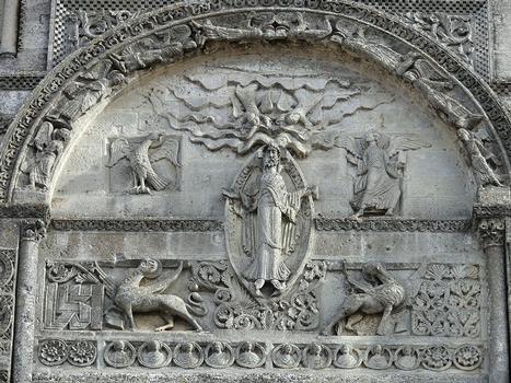 Angoulême - Cathédrale Saint-Pierre - Façade occidentale : partie centrale supérieure Thème de l'Ascension du Christ et annonce de la seconde venue du Christ En partie supérieure, le Christ apparaissant au milieu des nuées, encadré par les symboles des Evangélistes