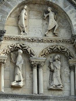 Angoulême - Cathédrale Saint-Pierre - Façade occidentale : partie centrale médialne - Détail Les personnages représentent les Apôtres contemplant l'Ascension du Christ