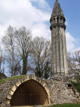 Fenioux - Lanterne des morts (12ème) dans un ancien cimetière