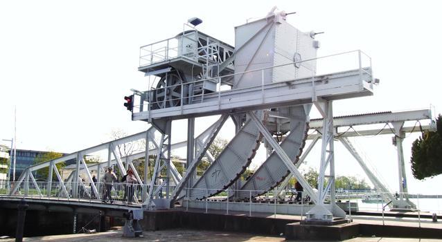 La Rochelle - Pont levant du Gabut à l'entrée du bassin des chalutiers - Ensemble