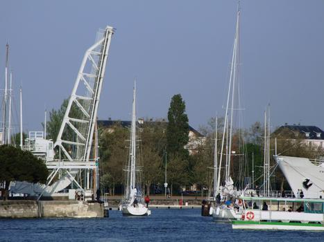 La Rochelle - Pont levant du Gabut à l'entrée du bassin des chalutiers - En fonctionnement