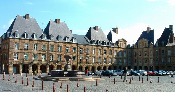 Charleville - Place Ducale - Un côté de la place