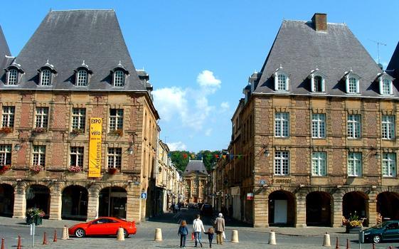 Charleville - Place Ducale - Pavillons de la place et, à l'extrémitè de la rue, le Vieux moulin