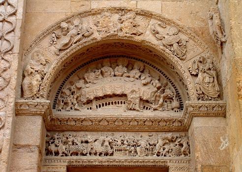 Abbatiale de Charlieu: Narthex - Côté Nord - Portail côté Ousst - Tympan représentant les noces de Cana et au linteau le sacrifice antique
