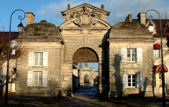 Château de Blérancourt - Musée de la Coopération franco-américaine  Entrée du château