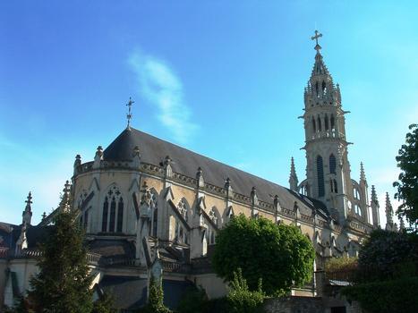 Châteauneuf-sur-Cher - Basilique Notre-Dame-des-Enfants - Extérieur: le chevet, la nef et le clocher