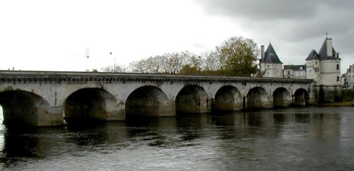 Pont Henri IV à Châtellerault.Côté aval