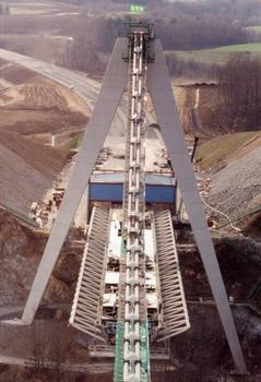 Chavanon-Viadukt –  Einschub des überbaus mit der Tarzan-Methode