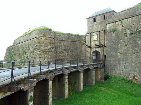 Citadelle de Montmédy - Fossé, remparts et deuxième porte