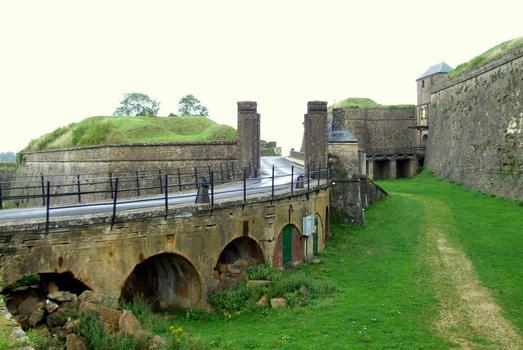 Citadelle de Montmédy - Fossé, remparts et entrées dans la citadelle