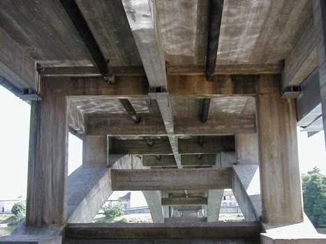 Pont de Clairac sur le Lot.Tablier et pilelettes sur les arcs