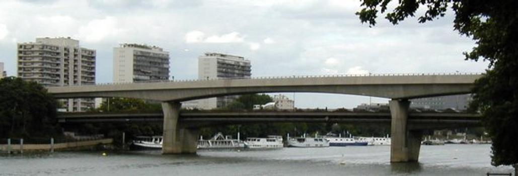 Pont-métro de Clichy. Pont-routier en arrière-plan