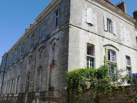 Flavigny-sur-Ozerain - Ancienne abbaye Saint-Pierre - Les bâtiments du 18 ème siècle de l'abbaye occupés partiellement par la fabrique d'Anis de Flavigny