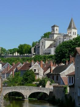 Pertuis-aux-Loups-Brücke & Kirche Sankt Vorles