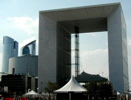 Paris-La Défense – Grande Arche mit Tour la Pacific und Türme der Société Générale (links)