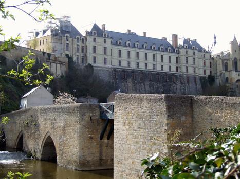 Thouars - Pont des Chouans - Le pont avec le château