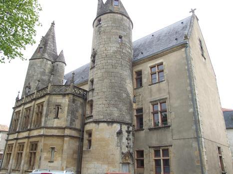 Tribunal d'instance de Melle - Façade sur la place du 19ème siècle avec les deux tours d'escalier du 15ème siècle