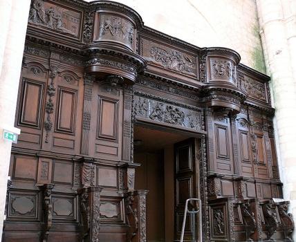 Saint-Maixent-l'Ecole - Eglise Saint-Maixent (ancienne abbaye) - Nef: stalles disposées de part et d'autre de l'entrée