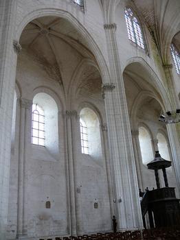 Saint-Maixent-l'Ecole - Eglise Saint-Maixent (ancienne abbaye) - Nef: Elévation. On peut voir les murs extérieurs de l'abbatiale romane réutilisés au 17 ème siècle par l'architecte François Leduc dit Toscane quand il a reconstruit l'abbaye après les guerres de Religion