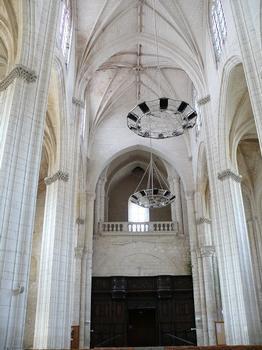 Saint-Maixent-l'Ecole - Eglise Saint-Maixent (ancienne abbaye) - Nef: vaisseau central vu du transept. Tribune au-dessus de l'entrée et stalles disposées de part et d'autre de l'entrée