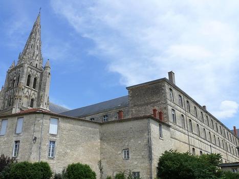 Saint-Maixent-l'Ecole - Eglise Saint-Maixent (ancienne abbtiale) et les bâtiments de l'abbaye servant de caserne