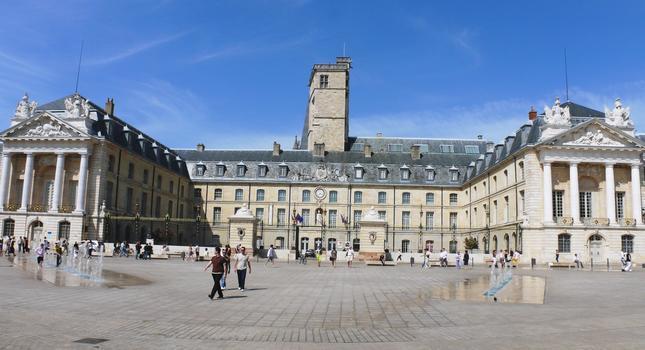 Dijon - Palais des Ducs et des Etats de Bourgogne - Cour d'honneur - plan général: Jules Hardouin-Mansart - Les bâtiments ont d'abord été construits par Jean Poncelet (salle des Gardes), Charles Joseph Le Jolivet (aille de droite) et l'aménagement de l'extrémité de l'aile de gauche a été fait par Jacques V Gabriel