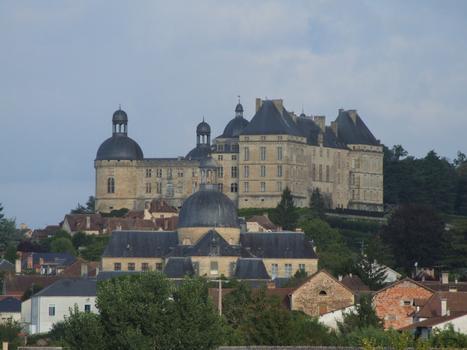 Château de Hautefort - Vu de l'Est le mâtin au-dessus des toits de l'ancien hôpital
