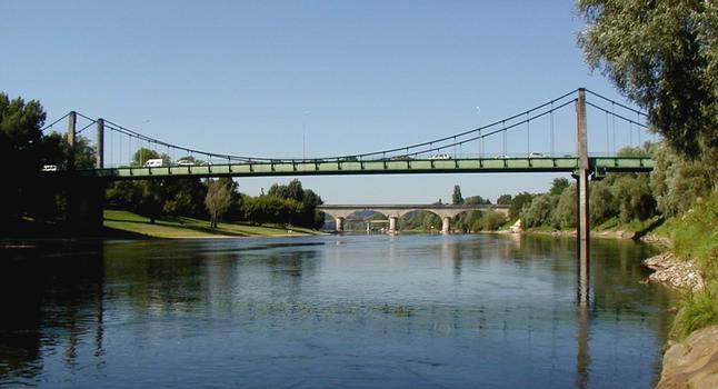 Sainte-Foy-la-Grande - Pont suspendu - Ensemble de trois ponts vers l'aval: pont suspendu, viaduc ferroviaire et pont de la déviation de Sainte-Foy-la-Grande