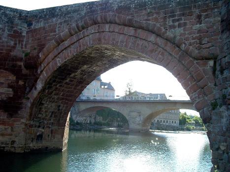 Une travée du pont Vieux d'Espalion vue de l'amont et 2 piles